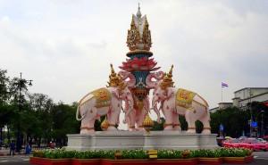 Thailand | Kreisverkehr mit rosa Elefanten in Bangkok