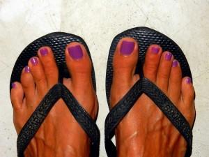 Einer meiner Tipps: Pedikuere in ThailandKarins lila Fussnägel im schwarzen Flip Flop in Nahaufnahme