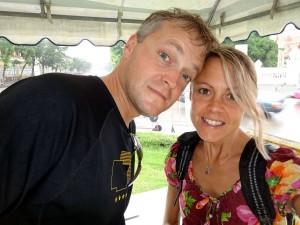 Thailand | Platzregen. Karin und Henning suchen Unterschlupf bei strömendem Regen
