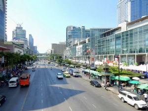 Thailand | Stadtteil Siam in Bangkok. Blick von einer Brücke auf die Hauptstraße inmitten einiger Shopping-Malls