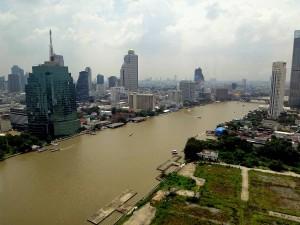 Thailand | Panorama von oben auf die Stadt und den Chao Phraya River in Bangkok
