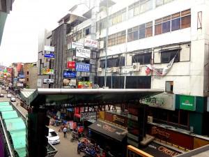 Thailand | Straße im Stadtteil Silom in Bangkok. Bunte Schilder an den Häuserwänden