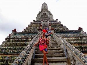 Thailand | Aufstiegt zum Wat Arun in Bangkok. Karin im Vordergrund auf den schmalen Stufen die zum Tempel hoch führen
