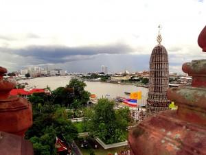Thailand | Panorama vom Wat Arun in Bangkok. Blick auf den Chao Phraya Fluss und die Stadt im Hintergrund