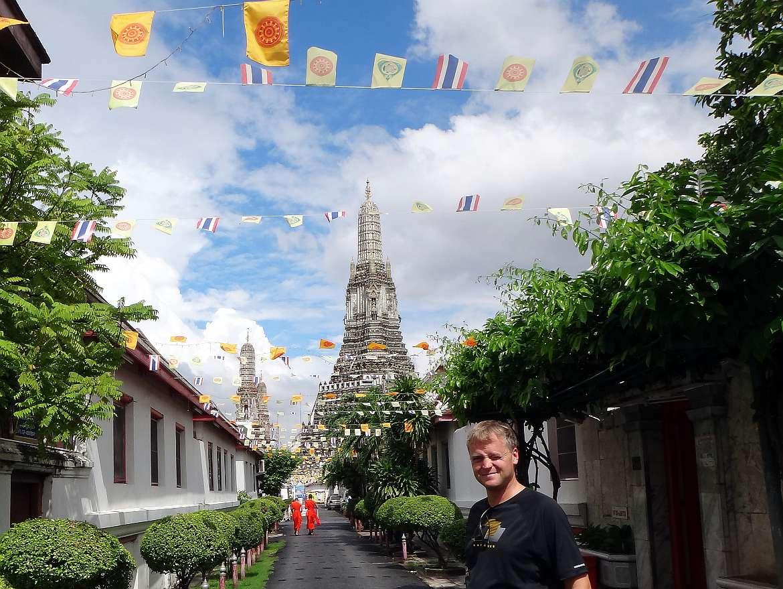 Thailand | Wat Arun in Bangkok. Blick von unten auf den zentralen Turm der Tempelanlage