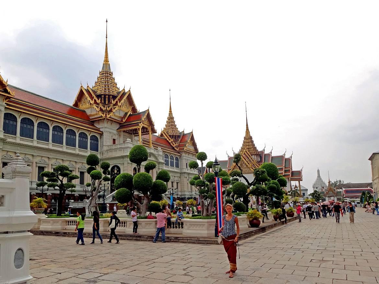 Thailand | Königspalast Wat Phra Keo in Bangkok. Karin steht inmitten der großen Tempelanlage zwischen anderen Touristen