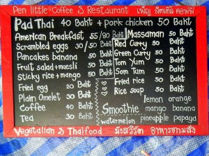 Thailand | die Thai Klassiker. Scjild in schwarz mit weißer Schrift auf dem die Klassiker der thailändischen Küche samt Preisen in THB stehen mit einem roten Rahmen