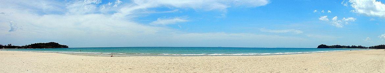 Thailand | Panorama am Klong Dao Beach auf Ko Lanta - Hellgelber Strand vor türkisfarbenem Wasser gesäumt von grünem Urwald