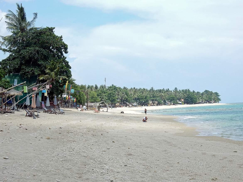 Thailand | Klong Khong Beach auf Ko Lanta. Blick auf die Bucht, den Strand mit einigen Bars und Unterkünften, den Urwald und das Meer