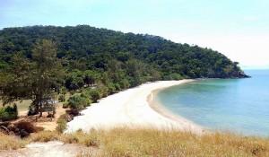 Thailand | Strand im Mu Koh Lanta National Park. Blick von oben auf den weißen Sandstrand, grünen Urwald und das Meer