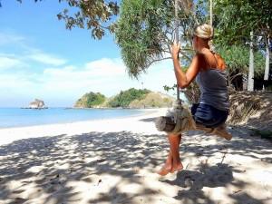 Thailand | Strand im Mu Ko Lanta National Park. Karin sitzt auf einer Schaukel die an einem Baum befestigt ist
