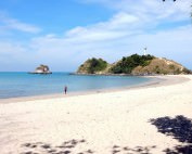 Thailand | Blick vom Strand zum Leuchtturm im Mu Ko Lanta National Park. Karin am Strand mit Blick auf den Horizont