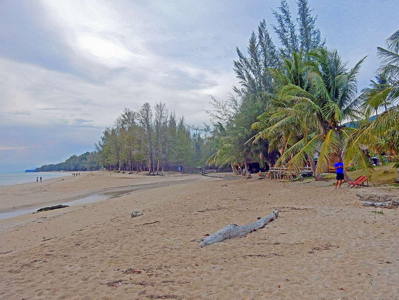Thailand | Phra Ae Beach auf Ko Lanta ganz im Süden. Blick auf die Bucht, den Strand und das Wasser bei wolkenbehangenem Himmel