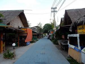 Thailand | Walking Street auf Ko Lipe früh Morgens ohne Menschenmassen die sich sonst durch Shops und Restaurants schieben