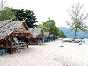 Thailand | Holzhütten auf Ko Lipe, direkt am Wasser stehend zahlreiche Holzhütten eng aneinander. Nicht gerade einer unserer Tipps im Reisebericht zur Insel