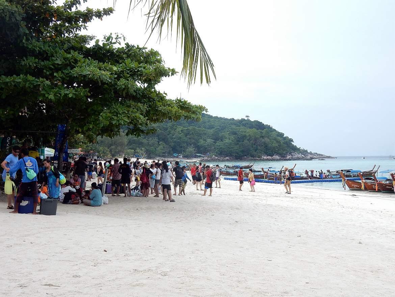 Thailand | Pattaya Beach auf Ko Lipe- Menschenansammlung am meist vollen Strand