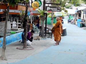 Thailand | Walking Street früh morgens, ohne Touristen auf Ko Lipe. 2 Mönche beim morgendlichen Essen einsammeln, 2 Einheimische die geweiht werden kniend vor ihnen
