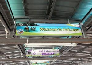 Thailand | Anreise: Welcome to Ko Lipe. Ein Schild am Anleger der Fähre