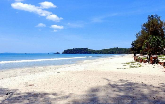 Thailand | Ao Yai (Long Beach) auf Ko Phayam. Blick auf den menschenleeren weißen Sandstrand und blaues Meer