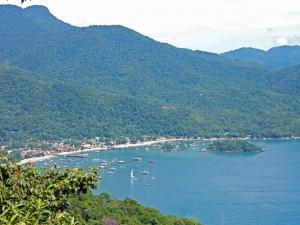 Brasilien | Ilha Grande, Blick auf das kleine Abraao in der Bucht von einem der zahlreichen Wanderwege