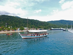 Brasilien | Ilha Grande, Im Hafen von Abraao liegen vor Urwaldkulisse die zahlreichen Schoner und Boote, die die Insel mit dem Festland verbinden