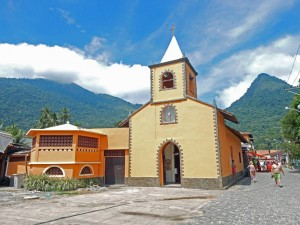 Brasilien | Ilha Grande, Dorfkirche im Inselparadies, die kleine, orangefarbene Igreja Sao Sebastiao