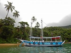 Brasilien | Ilha Grande, Typischer zweimastiger blauer Schoner, wie er für Touristentouren verwendet wird