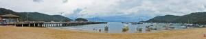 Brasilien | Ilha Grande, Panorama des Strandes von Abraao mit dem großen Bootsangeleger und zahlreichen Wassertaxis