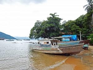 Brasilien | Ilha Grande, Stillleben eines verroteten Fischerbootes, das seine besten Tage hinter sich hat