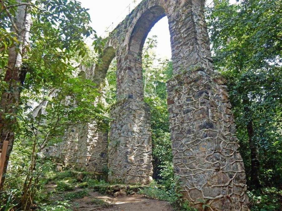 Brasilien | Ilha Grande, Das Aqädukt im Urwald der Insel gleich ausßerhalb von Abraao ist ein schönes Ziel für einen Spaziergang