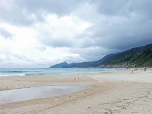 Brasilien | Ilha Grande, Auch wenn der Lopes-Mendes-Strand viele Touristen anlockt, verteilen sich die Besucher entspannt über den breiten Strand