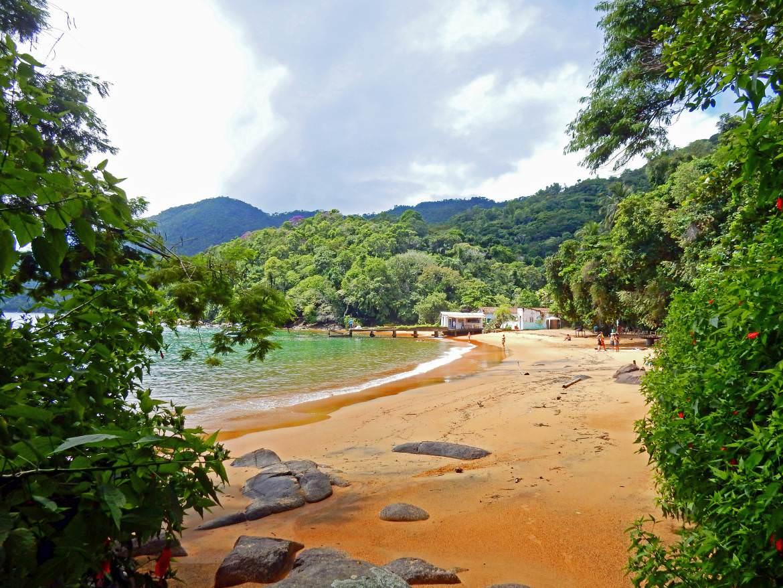 Brasilien | Ilha Grande, Verträumte Buchten wie die Praia Longa mit rötlichem Sand und üppigem Urwaldgewächs gibt es Unzählige