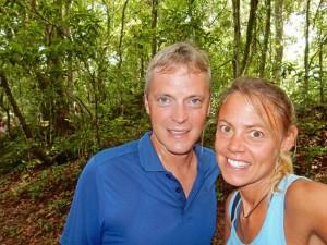 Brasilien | Ilha Grande, Bei der tropischen Hitze kommt man auf den Trails und Wanderwegen ins Schwitzen wie man am klatschnassen Henning im Urwald erkennt