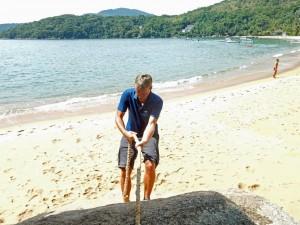 Brasilien | Ilha Grande, Auf den zahlreichen Wanderwegen muss man sich dann und wann auch kurz abseilen, leider nicht aus allzu großer Höhe wie Henning hier am Strand