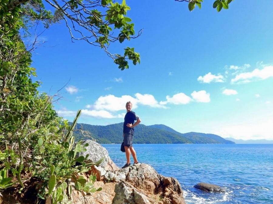 Brasilien | Ilha Grande, die Wanderwege und Trails sind mitunter schwer zu finden, sodass manh nicht selten an (durchaus schönen) Sackgassen angelangt, wie Henning auf einem Fels direkt am Meer, an dem es nicht weiterging