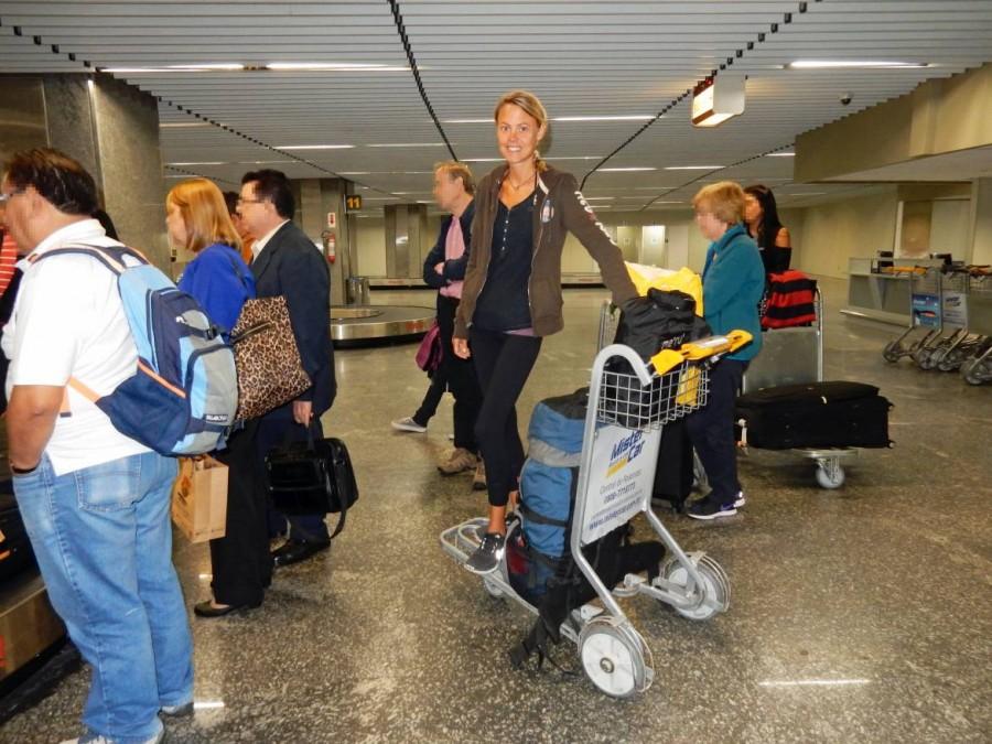 Rio de Janeiro | Airport, Gespannte Ankunft am Flughafen und warten auf den Transfer. Karin wartet lächelnd am Gepäckband