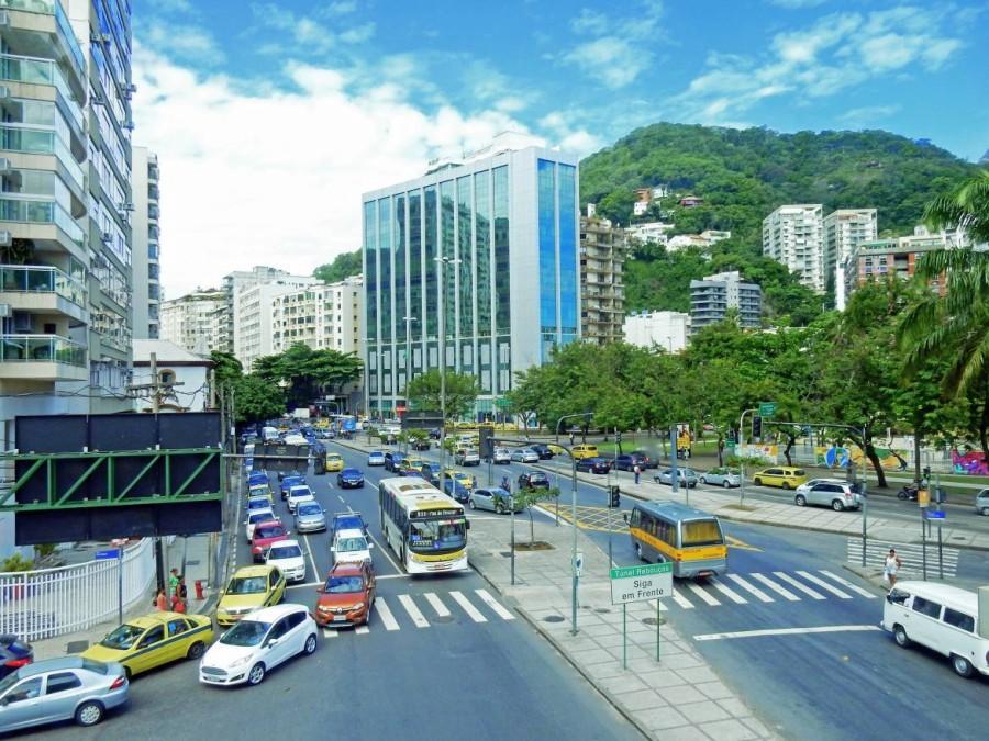 Brasilien | Rio de Janeiro, Im Stadtbereich herrscht meist Dauerstau mit zahlreichen Bussen, PKW und Taxis, die vor grüner Urwaldkulisse auf Weiterfahrt warten