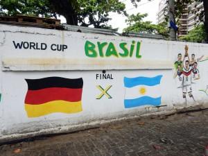 Brasilien | Rio de Janeiro, Die Brasilianer sind heute noch dankbar, dass Deutschland den Erzrivalen Argentinien bei der WM besiegt hat, was durch ein Graffiti der deutschen Nationalmannschaft verdeutlicht wird
