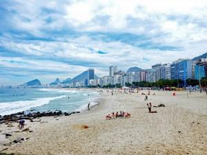 Rio de Janeiro | Strände: Der Strand der Copacabana mit dem dahinterliegenden gleichnamigen Stadtteil bestehend aus neueren Hochhäusern