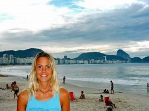 Brasilien | Rio de Janeiro, Abendstimmung an der Copacabana mit dem Zuckerhut im Hintergrund