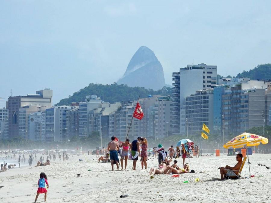 Rio de Janeiro | Strände: Während der Woche lässt es sich entspannt am Strand liegen - am Wochenende platzt die Copacabana aus allen Nähten