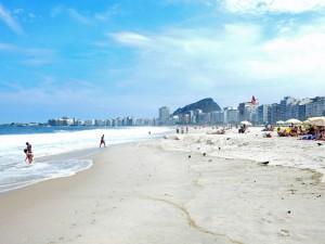 Rio de Janeiro | Strände: Entspannter Badebetrieb an der Copacabana während der Woche, wenn nur vereinzelte Besucher sich in Liegestühlen sonnen