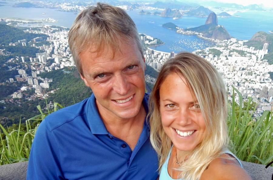 Brasilien | Rio de Janeiro, Der vermutlich begehrteste Selfie-Spot auf der Aussichtsplattform des Corcovada mit Karin und Henning im Vordergrund und dem Zuckerhut im Hintergrund