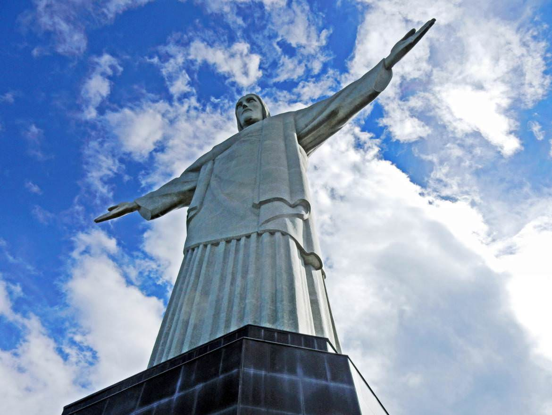 Brasilien | Rio de Janeiro, Die imposante Jesusstatue auf dem Corcovado, hier aus seitlicher Perspektive vor blauem Himmel aufgenommen, ist das vermutlich am einfachtsen zu Erreichende unter den Neuen Sieben Weltwundern