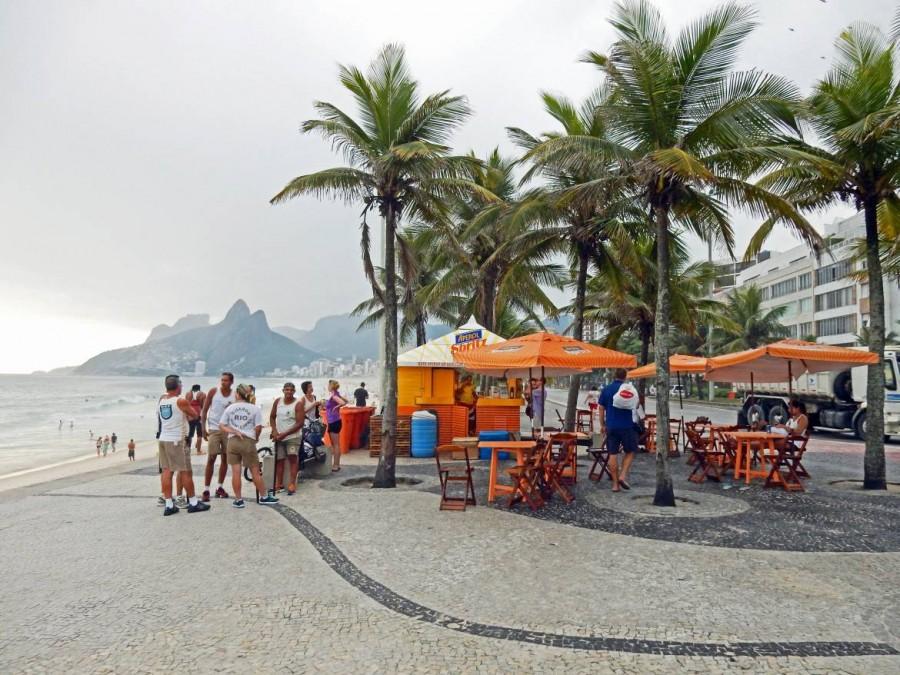 Rio de Janeiro | interessante Orte: Treffpunkt für den Sundowner am Strand von Ipanema sind kleine aber noble Hütten unter Palmen direkt am Meer