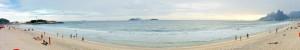Rio de Janeiro | Strände: Panorama-Bild am hübschen Strand von Ipanema mit den für Brasilien typischen grün bewaldeten Felsen rechts