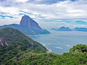 Rio de Janeiro | interessante Orte: Blick vom Forte Duque de Caxias auf den Zuckerhut mit dem Meer dazwischen