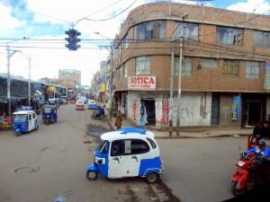 Peru | Deustua in der Nähe des Titicacasee. Blick in eine Straße mit unzähligen Tuk Tuks