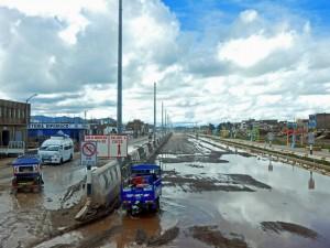 Peru | Auf dem Weg mit dem Bus von Arequipa nach Cusco ist Juliaca überflutet. Die Straßen der Stadt stehen unter Wasser