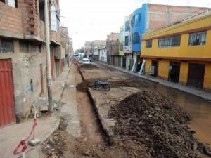 Peru | Juliaca Nebenstraße auf der Strecke mit dem Bus von Arequipa nach Cusco. Blick in eine aufgerissene Straße mit heruntergekommenen Häusern